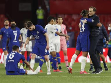 Pelatih Chelsea, Thomas Tuchel (kanan) memeluk Reece James usai pertandingan melawan Porto pada leg kedua perempat final Liga Champions di stadion Ramon Sanchez Pizjuan, Spanyol, Rabu (14/4/2021). Chelsea lolos ke semifinal usai mengandaskan Porto dengan agregat 2-1. (AP Photo/Angel Fernandez)