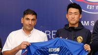 Pemain asing Arema FC, Renshi Yamaguchi (kanan), bersama pelatih Singo Edan, Eduardo Almeida, saat proses perkenalan. (Dok. Arema FC)