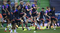 Para pemain Leipzig berlatih di Stadion Jose Alvalade, Lisbon, Portugal, Rabu (12/8/2020). Leipzig akan menghadapi Atletico Madrid pada perempat final Liga Champions. (Lluis Gene/Pool via AP)
