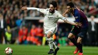 Gelandang Real Madrid, Isco membawa bola dari kawalan gelandang Barcelona, Sergio Busquets selama pertandingan lanjutan La Liga Spanyol di Santiago Bernabeu, Madrid (2/3). Barcelona menang tipis atas Real Madrid 1-0. (AP Photo/Manu Fernandez)