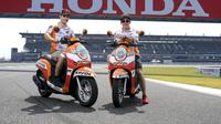 Marq Marquez dan Dani Pedrosa jajal Sirkuit International Buriram, Thaliand dengan mengendarai Honda Scoopy. (motogp.hondaracingcorporation.com)
