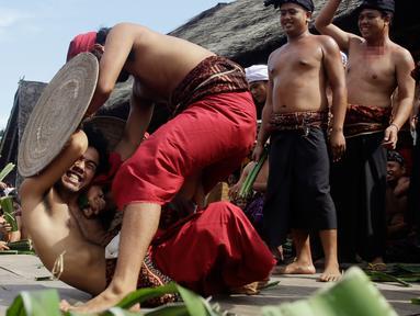Dua orang laki-laki saling serang saat mengikuti Perang Pandan di Bali (8/6). Perang pandan adalah salah satu tradisi yang ada di Bali. Perang ini hanya boleh diikuti oleh kaum pria yang mulai menginjak usia dewasa. (AP/Firdia Lisnawati)