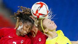 Sejak laga dimulai Swedia maupun Kanada sama-sama tampil menyerang, kedua tim berusaha menjebol gawang lawannya masing-masing. Meskipun begitu, kiper kedua tim berhasil menangkis serangan yang dilancarkan secara bertubi-tubi tersebut. (Foto: AP/Fernando Vergara)