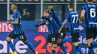 Gelandang Inter Milan, Nicolo Barella (tengah) melakukan selebrasi usai mencetak gol kedua timnya ke gawang Juventus dalam laga lanjutan Liga Italia Serie A 2020/21 pekan ke-18 di San Siro Stadium, Minggu (17/1/2021). Inter Milan menang 2-0 atas Juventus. (AFP/Miguel Medina)