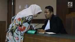 Terdakwa dugaan suap terhadap mantan anggota DPR dari Fraksi Golkar Bowo Sidik Pangarso, Asty Winasti (kiri) bersama kuasa hukumnya saat sidang pembacaan tuntutan di Pengadilan Tipikor, Jakarta, Rabu (7/8/2019). Asty dituntut 2 tahun penjara dan denda Rp 100 juta. (Liputan6.com/Helmi Fithriansyah)