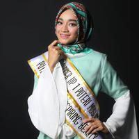 Selain sebagai Puteri Muslimah Inspiring Beauty 2017, Tiara Sukmasari juga dinobatkan sebagai runner up pertama Puteri Muslimah Indonesia 2017. (Foto: Adrian Putra, Make Up: Wardah, DI: Muhammad Iqbal Nurfajri/Bintang.com)