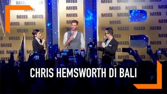 Saat menghadiri Fan Event Meet and Greet di Bali, Chris Hemsworth memberikan kejutan kepada penggemarnya dengan berbicara bahasa Indonesia. Sontak, hal ini membuat para penggemar berteriak histeris mendengarnya.