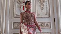 Agnez Mo mengenakan kebaya kontemporer bergaya cheongsam karya desainer Anne Avantie. (dok. Instagram @agnezmo/https://www.instagram.com/p/CCAUyZWpCJx/Putu Elmira)