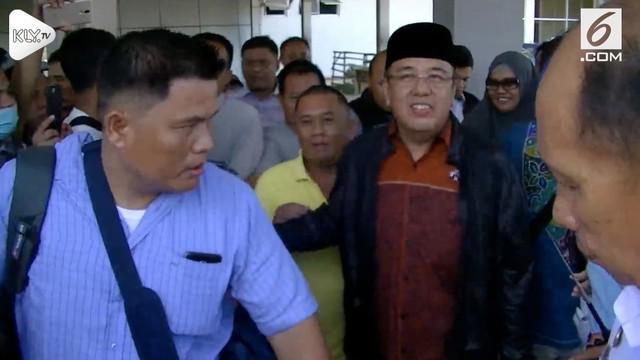 Wali kota Kendari dan mantan Wali Kota kendari yang memiliki hubungan anak bapak resmi menghuni tahanan karena terbukti menerima suap.