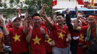 Suporter Timnas Vietnam U-22 jelang final SEA Games 2019 kontra Timnas Indonesia U-22 di Stadion Rizal Memorial, Manila (10/12/2019). (Bola.com/M.Iqbal Ichsan)