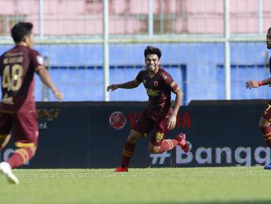 Gelandang PSM Makassar, Saldy (tengah) melakukan selebrasi usai mencetak gol pertama timnya ke gawang Borneo FC dalam laga matchday ke-3 Grup B Piala Menpora 2021 di Stadion Kanjuruhan, Malang, Rabu (31/3/2021). PSM bermain imbang 2-2 dengan Borneo FC. (Bola.com/M Iqbal Ichsan)