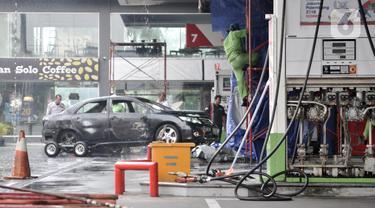 Petugas melakukan olah TKP usai kebakaran di SPBU Jalan MT Haryono, Jakarta, Senin (2/12/2019). Kebakaran terjadi setelah sebuah mobil menabrak mesin pengisian BBM pada 1 Desember 2019 sekitar pukul 23.30 WIB. (merdeka.com/Iqbal Nugroho)