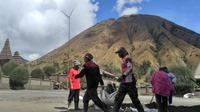 Sepuluh hari menjelang pelaksanaan ritual Yadnya Kasada, warga Suku Tengger bergotong royong membersihkan Pura Luhur Poten di lautan pasir Gunung Bromo, Rabu, 20 Juni 2018. (Liputan6.com/Dian Kurniawan)