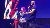 Seperti berikut ini, ada Ria Ricis dan Deddy Corbuzier di panggung XYZ Day 2018. Tampak keduanya sedang berbagi kepada peserta yang telah hadir saat itu. (Syifa Ismalia/Bintang.com)