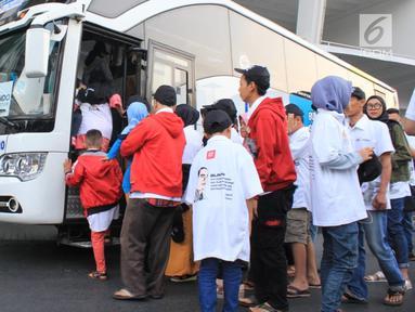 Pemudik bersiap menaiki bus di Gelora Bung Karno, Senayan, Jakarta Pusat, Kamis (30/5/2019). PT Askrindo (Persero), memberangkatkan 1.406 peserta Mudik Bareng BUMN 2019 menggunakan moda transportasi bus dan kapal laut di sejumlah daerah antara lain, Jateng, Jatim dan Sumut. (Liputan6.com/HO/Iqbal)