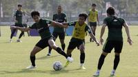Pemain Timnas Indonesia U-23, Muhammad Luthfi, berebut bola saat latihan di Lapangan G, Senayan, Rabu (6/11). Jelang SEA Games 2019, Timnas Indonesia U-23 terus pertajam transisi pemain. (Bola.com/Yoppy Renato)
