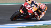 Pembalap Repsol Honda, Marc Marquez sempat terjatuh pada FP2 MotoGP Spanyol 2018. (JAVIER SORIANO / AFP)