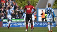 Gelandang Manchester United (MU) Paul Pogba bereaksi pada laga Liga Inggris melawan Huddersfield Town di John Smith's Stadium, Minggu (5/5/2019). (AFP/Paul Ellis)