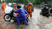 Pengedara motor terpaksa harus menuntun kendaraanya yang mogok karena nekat menorobos bajir di jalan Lenteng Agung, Jakarta, Jumat (12/2). Hujan deras yang mengguyur Jakarta menyebabkan beberapa ruas jalan terendam banjir. (Liputan6.com/Yoppy Renato)