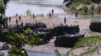 Tank milik Yonif 412/BES berada di tepi sungai Bogowonto. (foto: Liputan6.com/FB/edhie prayitno ige)