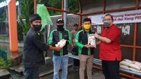 Ketua Umum DPP Taruna Merah Putih (TMP) Maruarar Sirait dan anggota DPRD Sumedang dari Fraksi PDI Perjuangan Ferry Budianto (kanan), membagikan 1.000 paket beras kepada masyarakat Sumedang, Jawa Barat. (Ist)