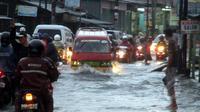 Jalan Kaliabang Bekasi juga terkena banjir yang mencapai 30 cm, Bekasi, Senin (9/2/2015). (Liputan6.com/Panji Diksana)