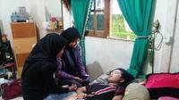 Siti Raisa Miranda alias Echa, remaja putri asal Banjarmasin, Kalimantan Selatan, yang kembali terlelap pulas, saat dikunjungi dua teman sekelasnya. membuat. (Foto:   Istimewa/Facebook/akun Moel Ya Lo Ve)