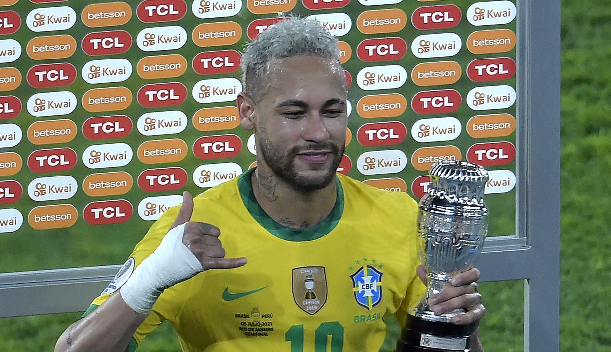 Penyerang Brasil, Neymar tersenyum setelah menerima penghargaan di akhir pertandingan semifinal Copa America Conmebol 2021 melawan Peru di Stadion Nilton Santos di Rio de Janeiro, Brasil, Selasa (6/7/2021). Brasil lolos ke Final usai mengalahkan Peru 1-0. (AFP/Douglas Magno)