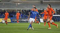 Pemain Italia Lorenzo Pellegrini mencetak gol ke gawang Belanda pada pertandingan UEFA Nations League di Azzurri d'Italia Stadium, Bergamo, Italia, Rabu (14/10/2020). Pertandingan berakhir dengan skor 1-1. (AP Photo/Antonio Calanni)