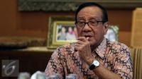 Akbar Tandjung saat menerima petisi dari kader muda partai golkar, Jakarta, Kamis (11/5). Petisi tolak hak angket telah ditandatangani sekitar 600 aktivis dan tokoh politik merupakan bentuk dukungan kepada KPK. (Liputan6.com/Johan Tallo)