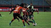 Penyerang sayap Bhayangkara Surabaya United, Ilham Udin Armaiyn, dikepung para pemain Perseru. (Bola.com/Fahrizal Arnas)