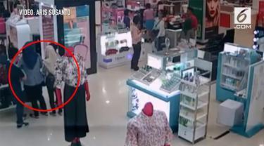 Polwan yang sedang berada di dalam mal tidak sadar jika sedang menjadi korban pencurian. Akibatnya handphonenya raib digondol pencuri.