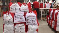 Sejumlah bantuan paket sembako dari Presiden Joko Widodo di Tangerang, Sabtu (9/6/2020).  Ribuan paket sembako tersebut akan didistribusikan kepada warga kurang mampu di wilayah Bodetabek guna mengurangi beban ekonomi mereka di tengah pandemi COVID-19. (Liputan6.com/Angga Yuniar)