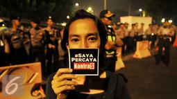 Aktivis melakukan aksi solidaritas #MelawanGelap untuk Koordinator Kontras Haris Azhar di depan Istana Merdeka, Jakarta, Jumat (5/8). Haris Azhar terancam dikriminalisasikan akibat mengungkap testimoni Freddy Budiman. (Liputan6.com/Gempur M Surya)