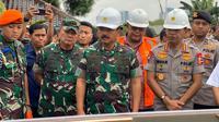Panglima TNI Marsekal Hadi dan Kapolri Jenderal Pol Idham Azis meninjau Gardu Induk PLN Kembangan, Jakarta Barat, Jumat (3/1/2019). (Istimewa)