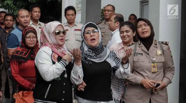 Ratu Dangdut Elvy Sukaesih ditemani anaknya Fitria Sukaesih memberikan keterangan kepada awak media usai menjalani pemeriksaan di Direktorat Reserse Narkoba (Ditresnarkoba) Polda Metro Jaya, Jakarta, Senin (26/2). (Liputan6.com/Faizal Fanani)