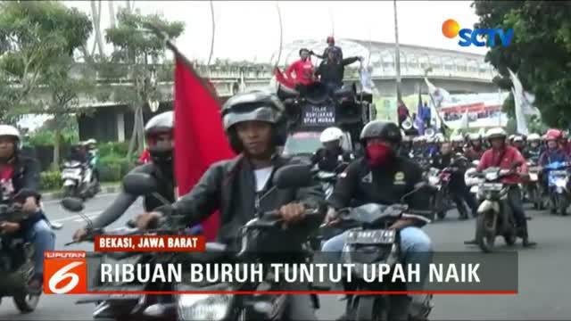 Ribuan buruh di Kota Bekasi, Jawa Barat. Menggelar unjuk rasa di depan Kantor Pemerintah Kota Bekasi.
