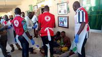 Petugas medis melakukan pertolongan pertama terhadap para korban luka serangan bom bunuh diri di Nigeria (AFP/Audu Ali Marte)