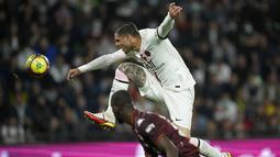 Penyerang Paris Saint-Germain (PSG), Mauro Icardi melompat mengincar bola saat melawan Metz pada laga pekan ketujuh Ligue 1 di Stadion Saint-Symphorien, Kamis (23/9/2021) dini hari WIB. PSG menang atas Metz dengan skor tipis 2-1 lewat gol telat Achraf Hakimi. (AP Photo/Christophe Ena)