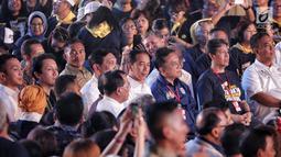 Calon presiden nomor urut 01, Joko Widodo (Jokowi) menghadiri Deklarasi Alumni Trisakti di Hall Basket, Senayan, Jakarta, Sabtu (9/2). Jokowi mendapatkan jaket jeans berwarna biru betuliskan 'Suara Reformasi'. (Liputan6.com/Faizal Fanani)