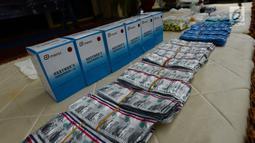 Barang bukti narkoba diperlihatkan saat rilis di Polres Jakarta Barat, Selasa (15/1). Polisi berhasil mengamankan barang bukti sebanyak 355,56 gram shabu,7.910 Psikotropika golonga IV  dan obat daftar G. (Merdeka.com/Imam Buhori)