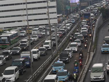 Kendaraan terjebak kemacetan di Jalan Gatot Subroto dan tol dalam kota, Jakarta, Selasa (30/8). (Liputan6.com/Immanuel Antonius)