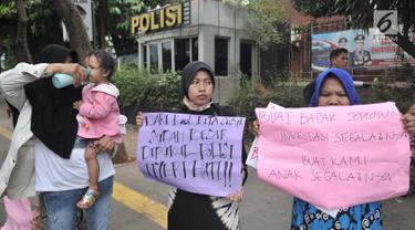 Kaum ibu yang tergabung dalam Emak-Emak Indonesia membentangkan poster saat menggelar aksi di depan Gedung Polda Metro Jaya, Jakarta, Minggu (29/9/2019). Mereka mengecam tindakan represif aparat terhadap mahasiswa dan pelajar dalam demonstrasi 23-25 September 2019. (merdeka.com/Iqbal S. Nugroho)