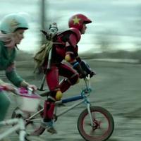Mengendarai sepeda BMX para ibu-ibu di Jepang ini bersaing untuk mendapatkan barang-barang diskon.