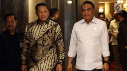 Menpan RB Syafruddin (kanan) dan Ketua DPR Bambang Soesatyo bersiap memberikan keterangan usai pertemuan di Gedung Nusantara III Komplek Parlemen Senayan, Selasa (23/7/2019). Menpan RB mengatakan kepada Ketua DPR Bamsoet ada 23 lembaga negara yang terkena akuisisi. (Liputan6.com/Johan Tallo)