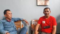 Yongky Kastanya (berbaju merah), bersama dengan mantan pemain Niac Mitra, Agus Sarianto. (Bola.com/Abdi Satria)