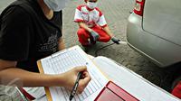 Petugas terlihat mencatat hasil pengujian gas buang salah satu kendaraan saat uji emisi di Jalan Proklamasi, Jakarta, Selasa (6/10/2015). Uji emisi gratis tersebut bertujuan untuk mengevaluasi kualitas udara perkotaan. (Liputan6.com/Immanuel Antonius)