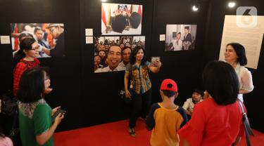 Pengunjung berselfie saat pameran foto Membangun Indonesia di Mall Neo Soho, Jakarta, Minggu (10/11/2019). Pameran menampilkan foto-foto jurnalistik mengenai pembangunan Indonesia yang dikerjakan Jokowi-JK selama 5 tahun bekerja dan akan berlangsung hingga 17/11. (Liputan6.com/Angga Yuniar)