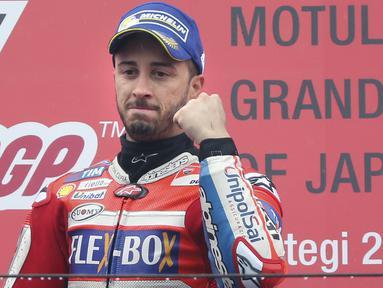 Pebalap Ducati, Andrea Dovizioso, melakukan selebrasi usai mejuarai balapan MotoGP Jepang di Sirkuit Motegi, Minggu (15/10/2017). Andrea Dovizoso menyelesaikan balapan dengan catatan waktu 47 menit 14,236 detik. (AP/Shizuo Kambayashi)
