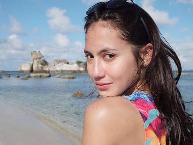 Tanpa polesan makeup, potret Pevita Pearce tetap memesona saat sedang liburan di Pulau Belitung ini. (Liputan6.com/IG/@pevpearce)